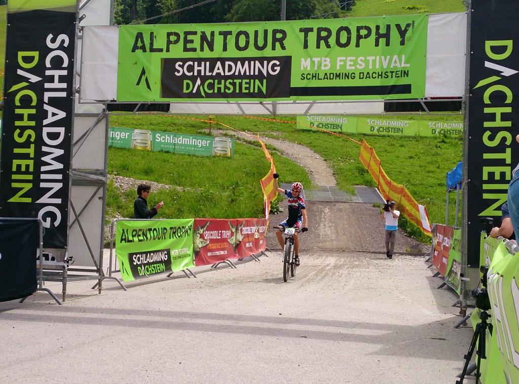 Buchli im Ziel (c) Alpentour Trophy - Regina Stanger